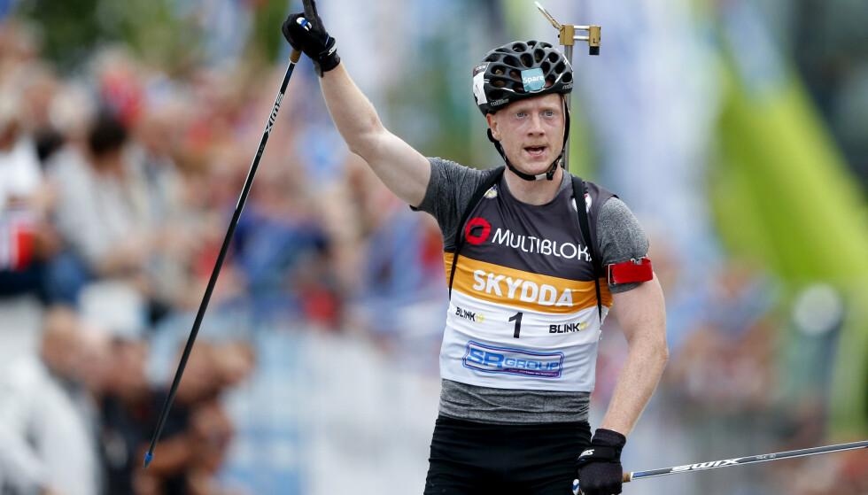 <strong>VANT IGJEN:</strong> Johannes Thingnes Bø jubler etter å ha vunnet i fellesstart skiskyting menn. Foto: Jan Kåre Ness / NTB scanpix