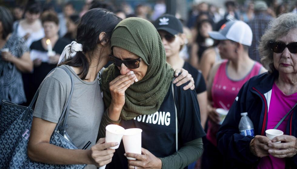 MINNESTUND: Sørgende under en minnestund etter skyteepisoden på matfestivalen i Gilroy i California, der tre mennesker ble drept og 13 såret. Foto: Noah Berger / AP / NTB scanpix