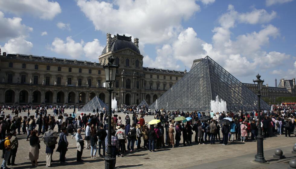 LANG KØ: Louvre er verdens mest besøkte museeum med så mange som 50,000 besøkende hver dag. Foto: Thibault Camus / NTB Scanpix.