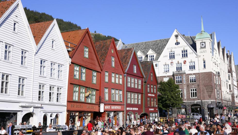 OVERTURISME: Både Bryggen i Bergen og Prekestolen i Rogaland står på EUs liste over europeiske destinasjoner som er rammet av overturisme. Foto: Marianne Løvland / NTB scanpix