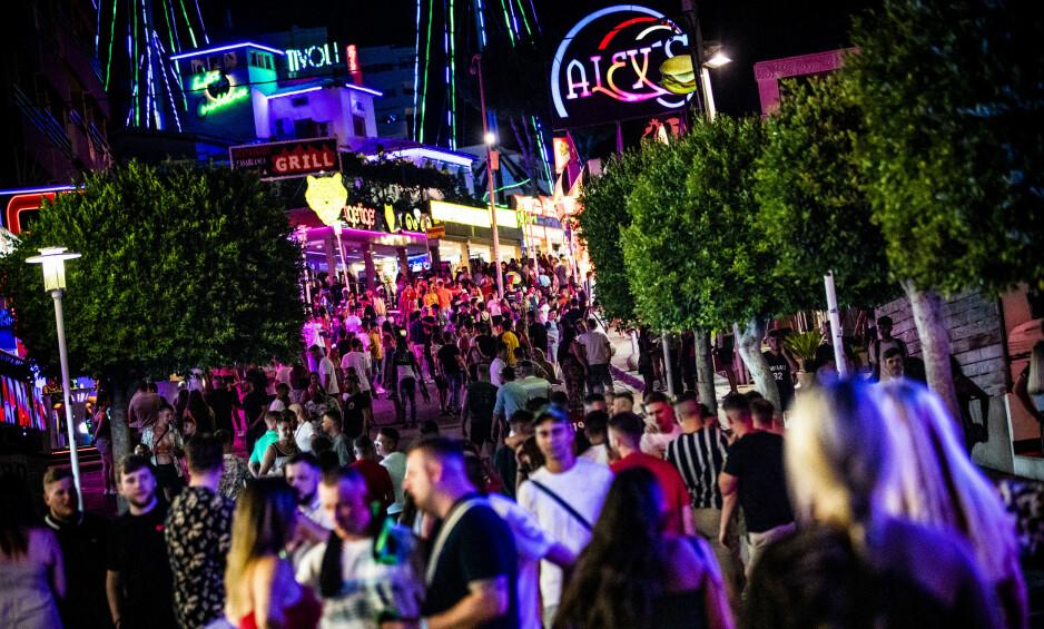 MAGALUF: Den beryktede partygata i Magaluf er full av folk denne natta. Foto: Christian Roth Christensen / Dagbladet