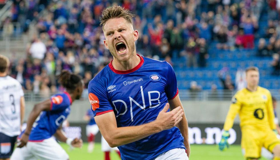 SCORING: Matthias Vilhjalmsson headet inn 1-1 for Vålerenga mot Kristiansund. Foto: Audun Braastad / NTB scanpix