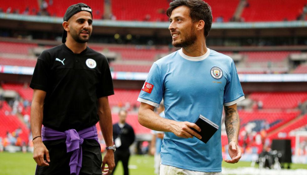 UTE: Riyad Mahrez var på plass på Wembley i går, men fikk ikke være en del av troppen til Manchester City. Her feirer han seieren med David Silva. Foto: Reuters/John Sibley/NTB scanpix