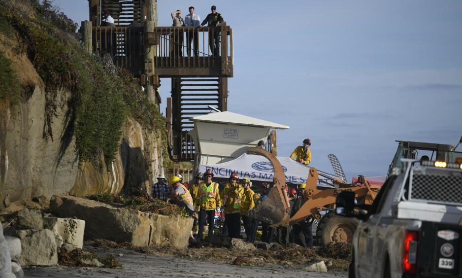 KOLLAPSET: Slik så det ut etter at en klippe kollapset på stranda Grandview i San Diego fredag. Foto: AP Photo/Denis Poroy/NTB Scanpix
