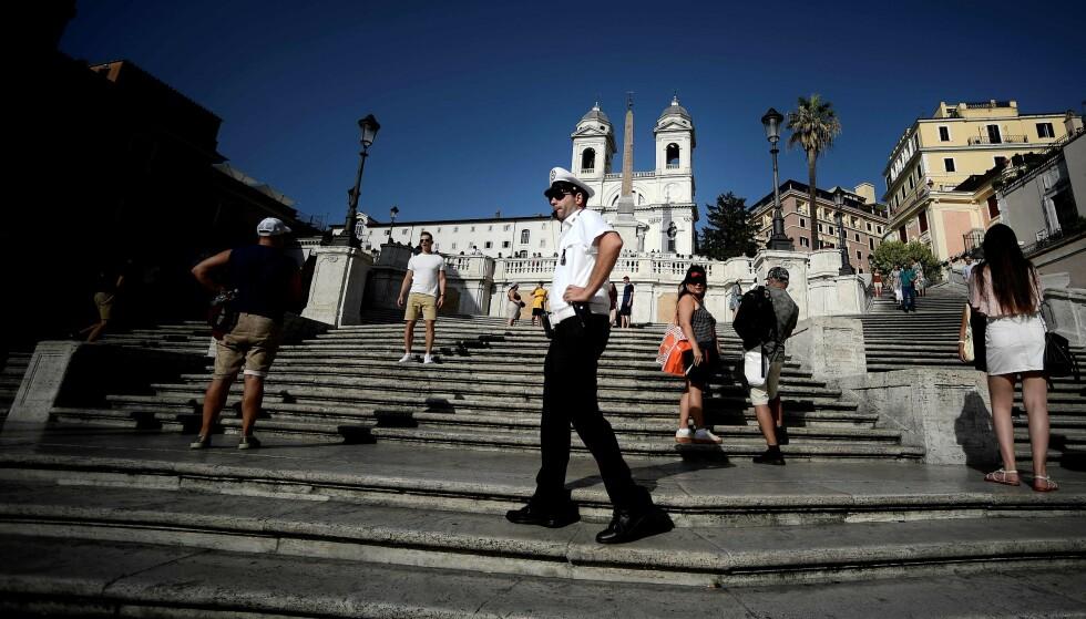 BLIR JAGET: Turister blir jaget fra Spansketrappen av Romas turistpoliti i dag. Foto: Filippo Monteforte / AFP / NTB