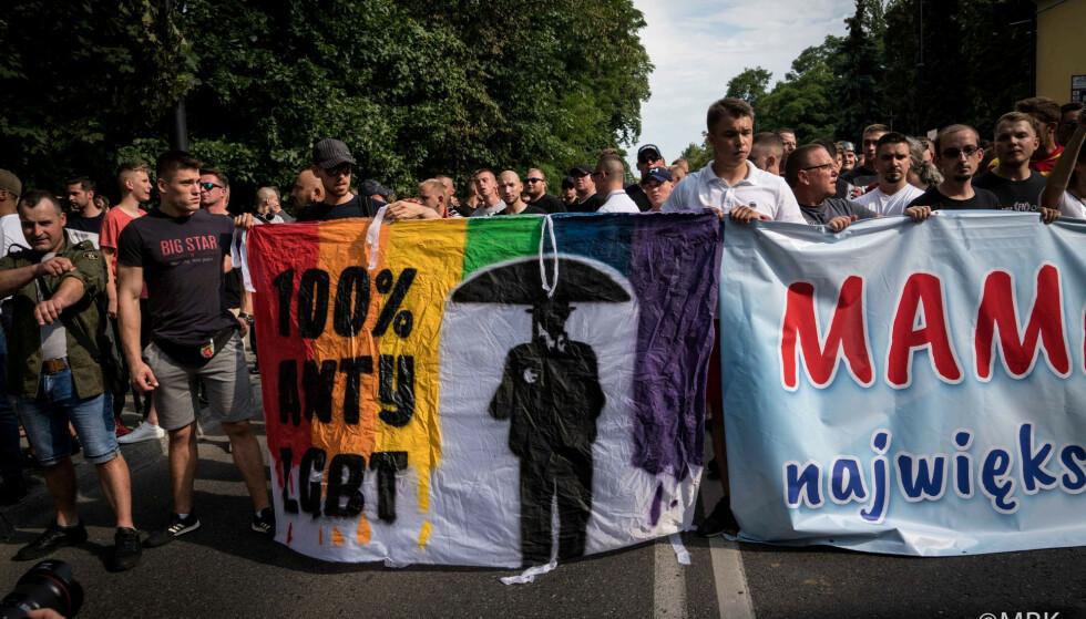 ANGREPET: Høyreekstreme partier vinner terreng i Europa ved å spille på homofobisk og transfobisk hat, skriver kronikkforfatterne. Bilde av hooligans som kastet steiner og flasker på Prideparaden i den polske byen Bialystok 20. juli i år. Foto: Marta Bogdanowicz / Spacerowiczka / REUTERS / NTB Scanpix