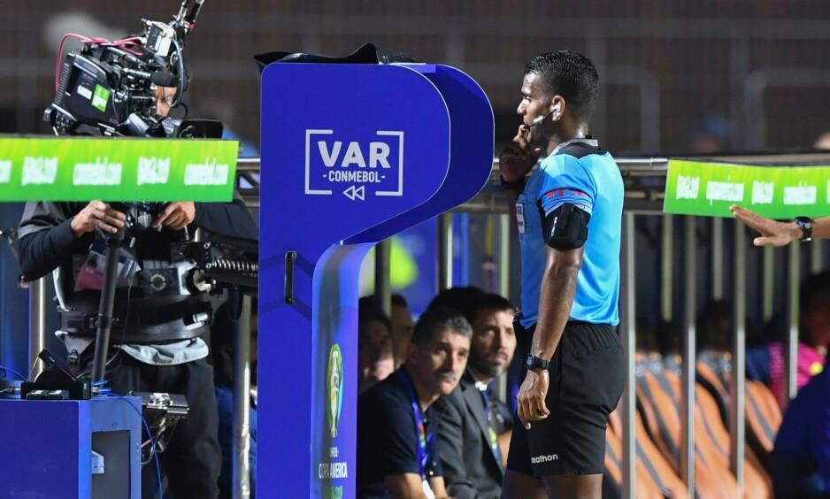 TIL ENGLAND: Nå kommer VAR til Premier League. Her i bruk under Copa America. Foto: Nelson Almeida / AFP / NTB Scanpix
