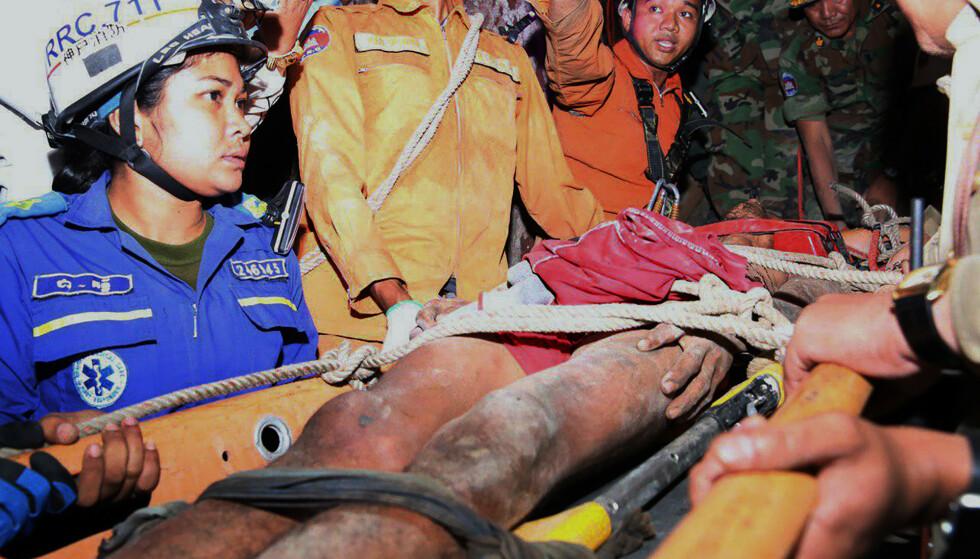 REDDET: Her har Sun Bora blitt frigjort etter fire dager i den lille hula. Foto: Battambang province Authority Police via AP / NTB scanpix