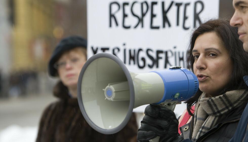 POLITIKER: Tina Shagufta Kornmo er kirurg og Venstre-politiker, og nå aktuell med boka «Norsk nok. Mine, dine eller våre verdier». Her fra en demonstrasjon i 2010, til støtte for den danske karikaturtegneren Kurt Westergaard. Foto: NTB SCANPIX