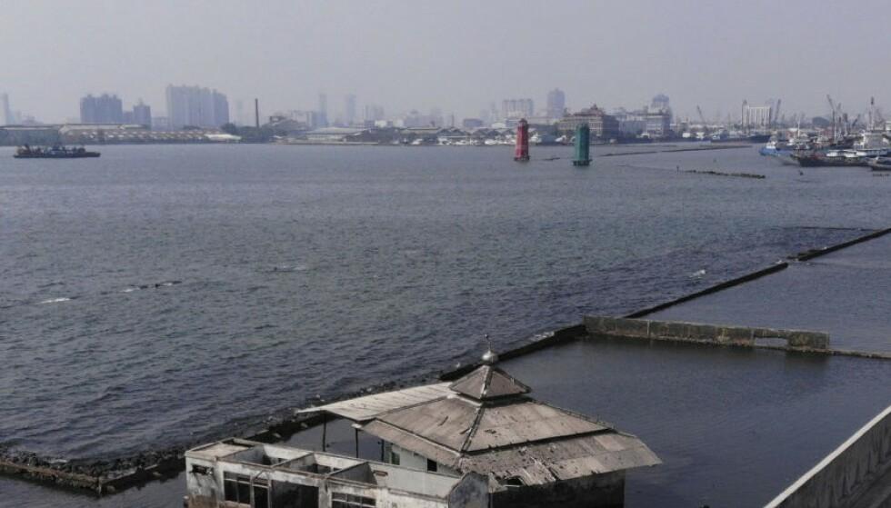 SYNKER: Rundt 40 prosent av Jakarta ligger nå under havnivå. Foto: Achmad Ibrahim / AP / NTB Scanpix