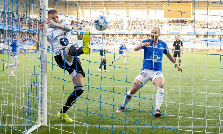 SPARKET UT: Nicklas Bedtners dager i svart og hvitt er ferdige. Rosenborg prøver å bli kvitt spissen. Foto: Svein Ove Ekornesvåg / NTB scanpix