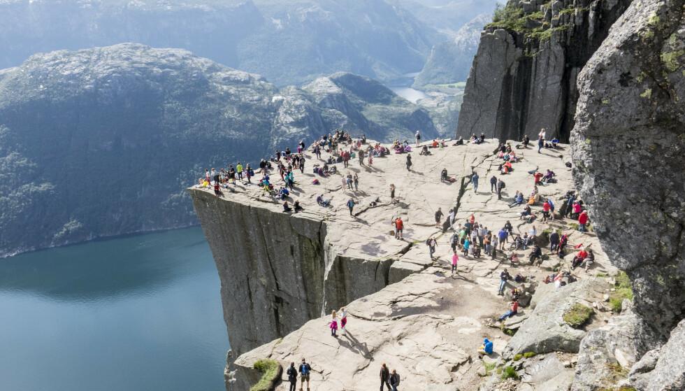 POPULÆR: Turister strømmer til Preikestolen ved Lysefjorden. Foto: Paul Kleiven / NTB Scanpix