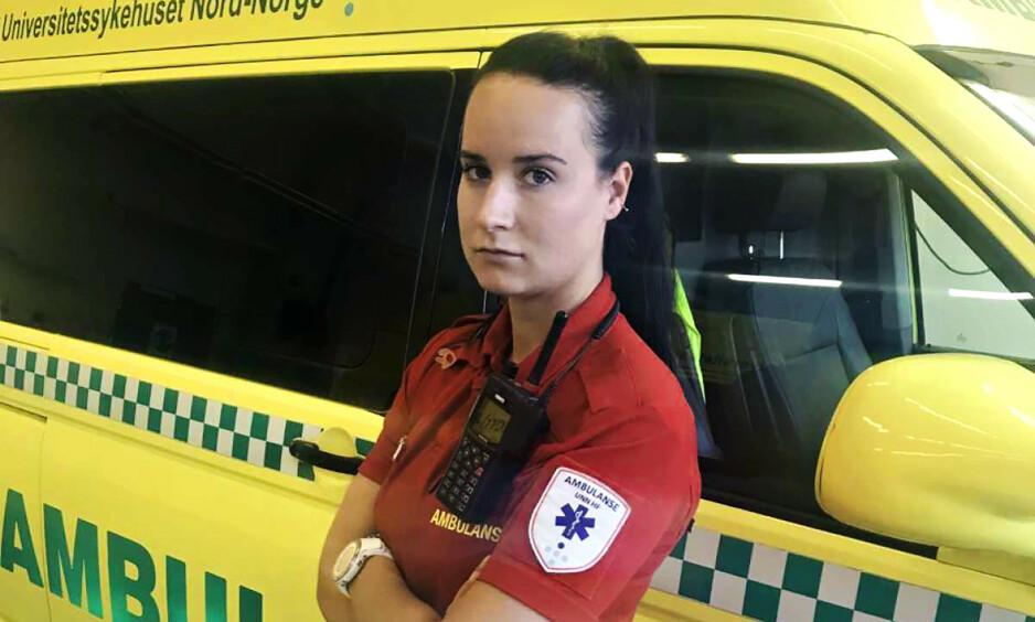 FRUSTRERT: Ambulansearbeider Ailin Waage forteller at privatpersoner som tar bilder på ulykkessteder skaper frustrasjon. Foto: Privat