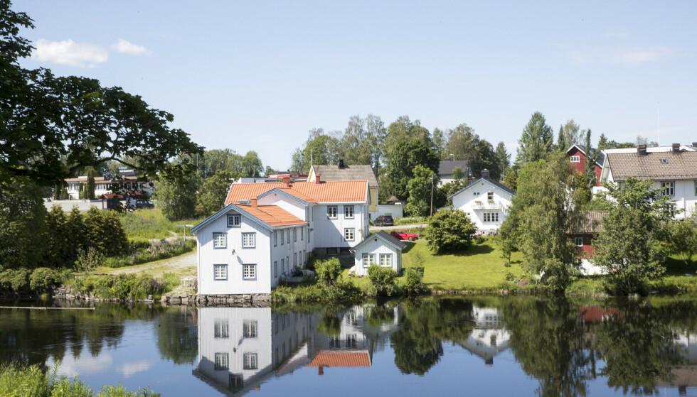 KOKEVARSEL: Det er sendt ut kokevarsel i Eidsvoll kommune. En rutinekontroll har påvist lave verdier av E.coli ved noen prøvepunkter i vannledningsnettet. Her fra like ved Eidsvollbygningen. Foto: NTB Scanpix