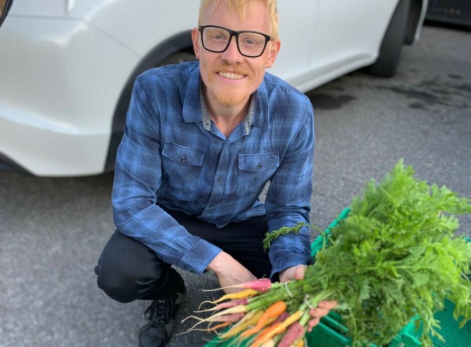 MAT PÅ FACEBOOK: Christopher Lomholt er en av mange bønder som har begynt å selge varene sine på Facebook via såkalte Reko-ringer.