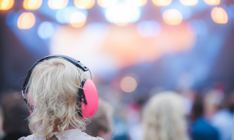 FESTIVALSOMMER: Mange koser seg på festival i sommer. Men bør du ta med de minste? Derom strides de lærde. Foto: NTB Scanpix