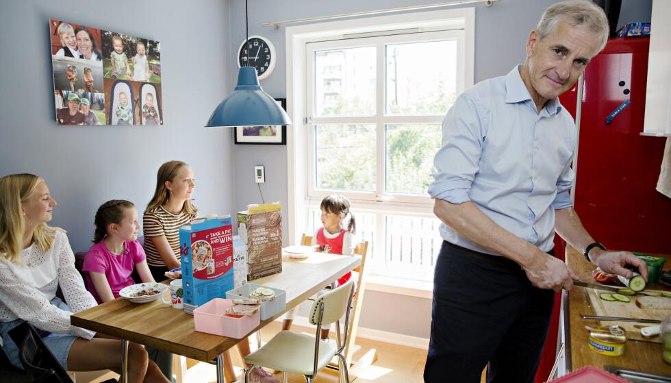 NISTEHJELP: Mens foreldrene er opptatt med valgkamp i stua, trår Jonas Gahr Støre til med nistesmøring på kjøkkenet. Han lanserer også fem nye tiltak for å hjelpe småbarnsfamilier i tidsklemma. Foto: Kristian Ridder-Nilsen / Dagbladet