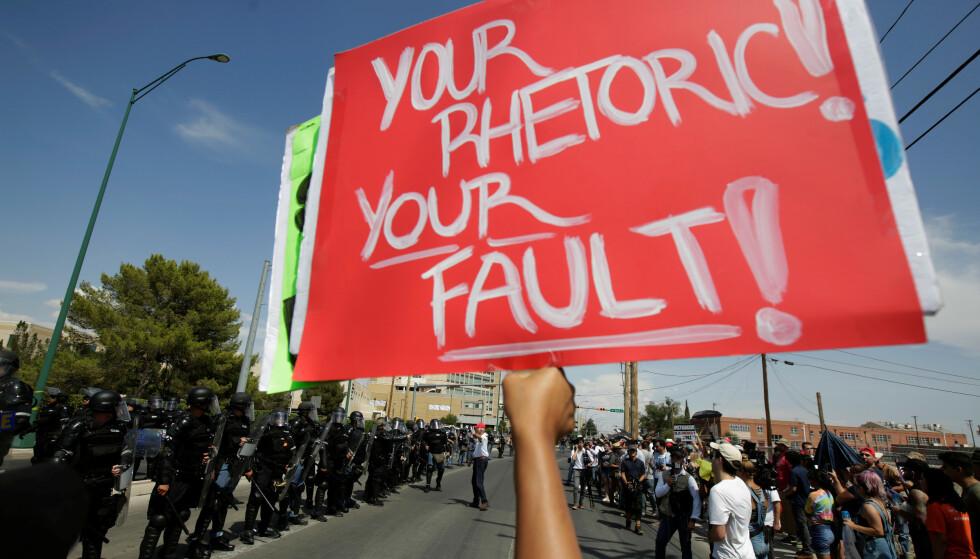 <strong>SKYLDER PÅ TRUMP:</strong> «Din retorikk! Din feil!» konstaterer plakaten, som ble vist under anti-Trump-demonstrasjonen i El Paso onsdag. Foto: José Luis Gonzalez / Reuters / NTB Scanpix