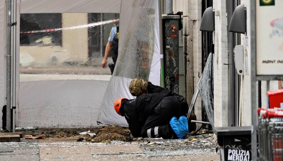 <strong>UNDERSØKER:</strong> Politiet undersøker åstedet lørdag morgen. Foto: Philip Davali / AFP / NTB scanpix