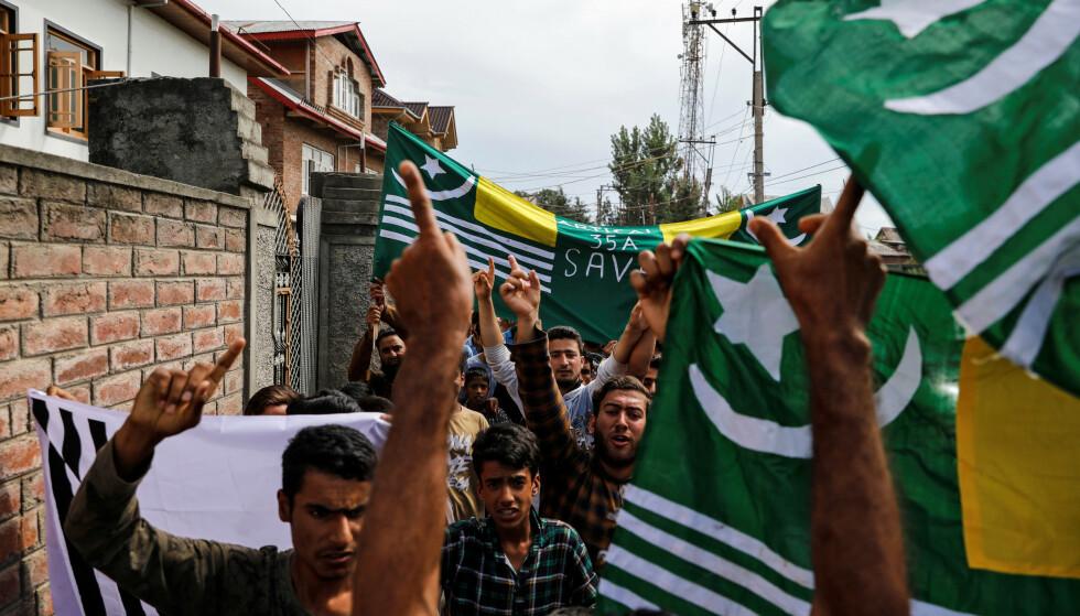 OPPRØR: Indias vedtak om å oppheve sjølstyret i delstaten Jammu og Kashmir har som ventet ført til raseri blant det muslimske flertallet, her i sommerhovedstaden Srinagar søndag. De frykter kolonisering av hinduer i området. Foto: Danish Siddiqui / REUTERS / NTB Scanpix