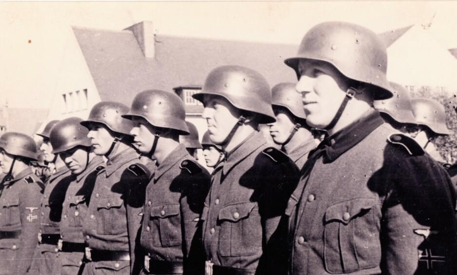 NORSKE I SS: Frivillige under stram oppstilling. 10 år etter at de fikk dommene sine, ble mange beordret til HV-tjeneste. Foto: Geir Brendens arkiv