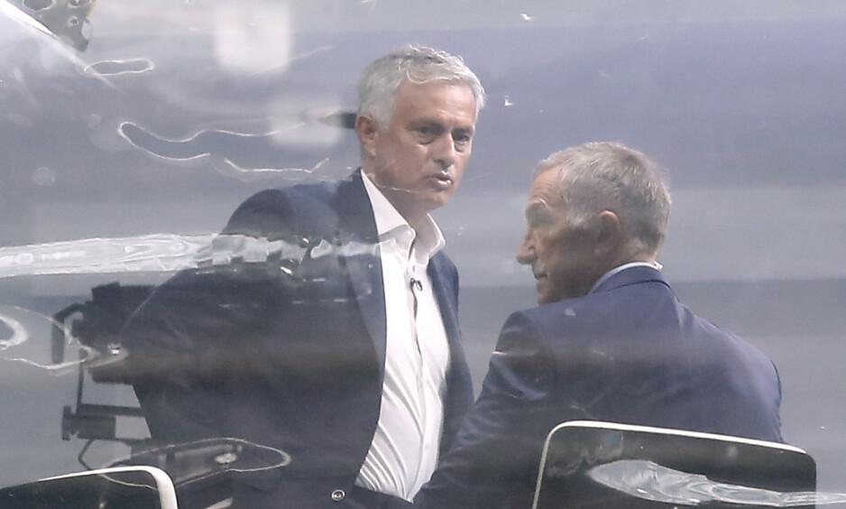 TOSPANN: José Mourinho og Graeme Souness utveksler ord i forbindelse med studiosendingen til Sky Sports på Old Trafford. Foto: NTB scanpix