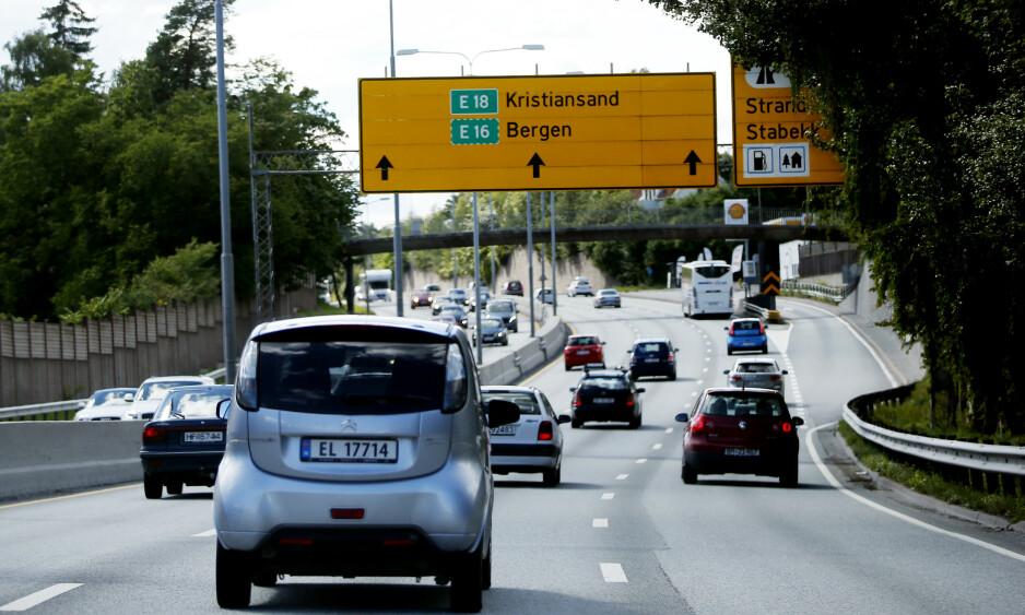 GRÅ VEKST: Det er bra når hver nye bil som produseres, har en mer energieffektiv forbrenningsmotor, men siden flere biler produseres og kjører på veiene, øker de totale utslippene. Dette blir en grå vekst, skriver innsenderen.  Foto: Lise Åserud / NTB Scanpix