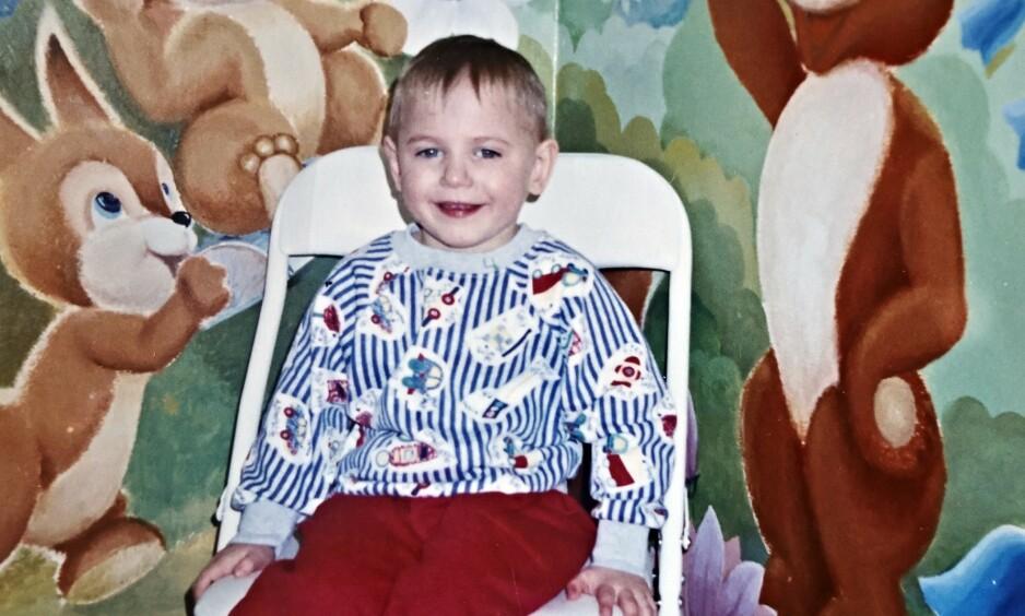 DET FØRSTE BILDET: Aleksej tre og et halvt år gammel. Bildet ble sendt til Victoria sin familie da det ble bestemt at Aleksej skulle bli deres adoptivsønn i 1997. Slik gikk det ikke. Foto: Privat