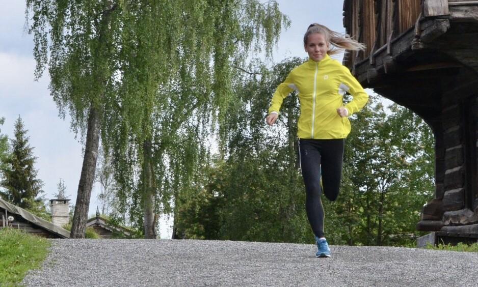 LETT OG FUNKSJONELL: En løpejakke skal være lett og behagelig, og ikke minst puste godt slik at du ikke blir klam når du løper. Her er Hanne i fint driv med en gul jakke fra Bjærn Dæhlie. Foto: Kristin Roset