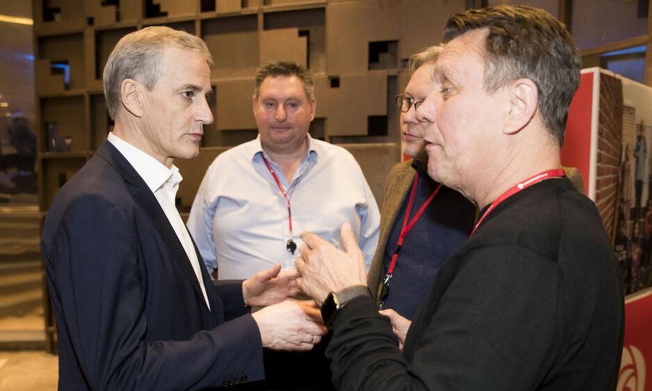 FACEBOOK-GLIPP: Partileder Jonas Gahr Støre i samtale med Gunnar Wilhelmsen (til høyre) under Arbeiderpartiets landsmøte i våres. Foto: Terje Pedersen / NTB Scanpix