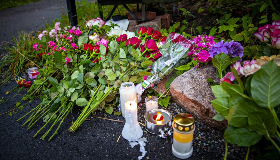 BLOMSTER: Det er lagt ned blomster og tent lys utenfor huset der den unge kvinnen ble drept i Bærum. Den 21-år gamle siktede ble senere pågrepet etter moské-skytingen ved Al-Noor Islamic Centre .Foto: Bjørn Langsem / Dagbladet