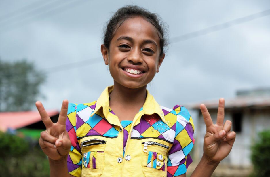 LIKE MULIGHETER? Hva står i veien for at jenter i verden får like muligheter til makt og innflytelse som gutter? Det er i hvert fall ikke jenters egne ambisjoner, skriver artikkelforfatteren. Santina (8) drømmer om å bli statsminister i Timor Leste (Øst-Timor) – og fikk prøvd seg i rollen på FNs internasjonale jentedag i fjor. Foto: Max Goldstein / Plan International