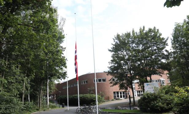HALV STANG: Det flagges på halv stang utenfor Sanvika videregående skole tirsdag. Foto: Christian Roth Christensen / Dagbladet