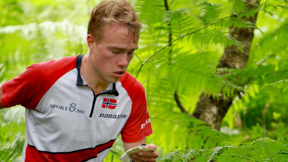 RASKERE ENN NOEN: Kasper Fosse holder klart større fart enn alle juniorene i o-sporten. Det gir ham en fordel i en sport i endring. Allerede i dag er han blant medaljekandidatene i langdistanse under seniorenes VM. FOTO: Ivar Haugen/Orientering.no