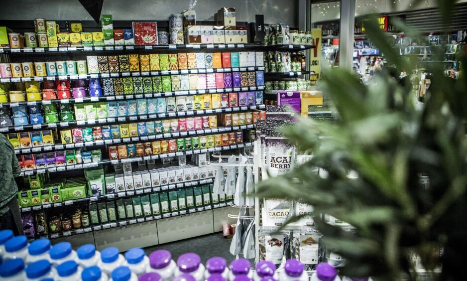 FRITT FRAM: Det er i øyeblikket fritt fram å spre reklame med eSfekt på alle aspekter ved vår helse uten at påstandene er vitenskapelig dokumentert. Vi trenger bedre beskyttelse mot markedsføringen av kosttilskudd, skriver artikkelforfatterne. Bildet er fra en helsekostbutikk. Illustrasjonsfoto: Christian Roth Christensen / Dagbladet