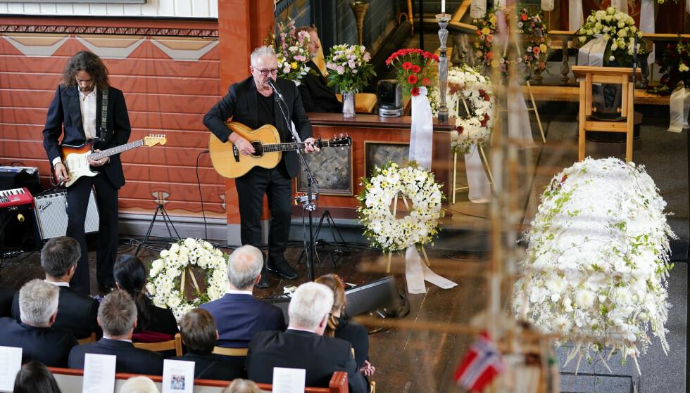 SOLA SOM GIKK NED: Åge Aleksandersen sang blant annet «Lys og varme» i Ingrid Aunes begravelse. Foto: Ole Martin Wold / NTB Scanpix