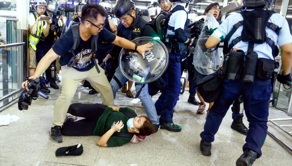 BRUTALT: Opprørspoliti går løs på demonstranter tirsdag. Foto: REUTERS / NTB Scanpix