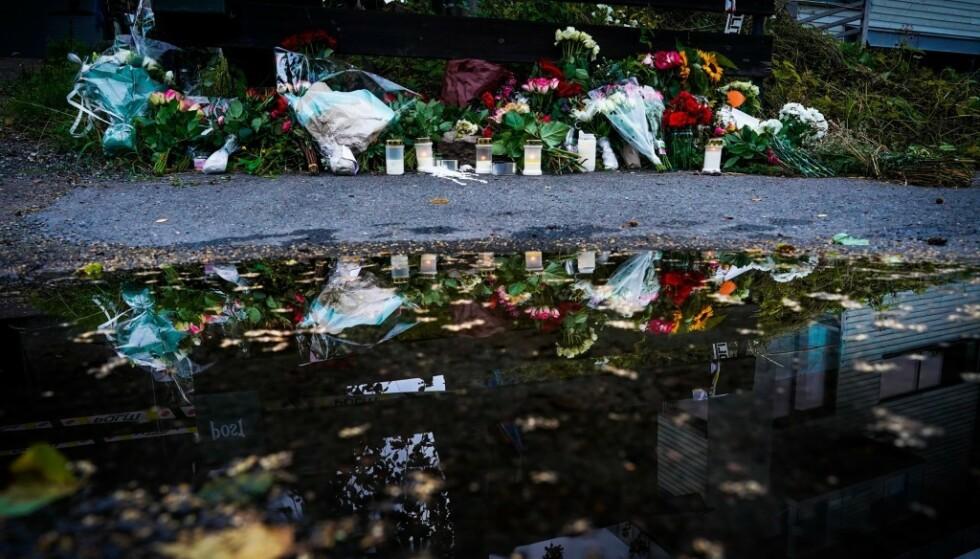 BLOMSTER: Nærmiljøet har lagt ned blomster utenfor huset der Johanne Zhangjia Ihle-Hansen (17) ble drept i Bærum på lørdag. Hennes stebror, Philip Manshaus, er siktet for drapet og drapsforsøk etter moskéangrep. Foto: John T. Pedersen