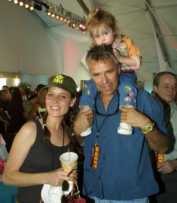 BLE PAPPA: Anderson har aldri giftet seg, men fikk i 1998 datteren Wylie Quinn Annarose Anderson sammen med sin eksjæreste. Her er de avbildet sammen i 2001. Foto: NTB Scanpix