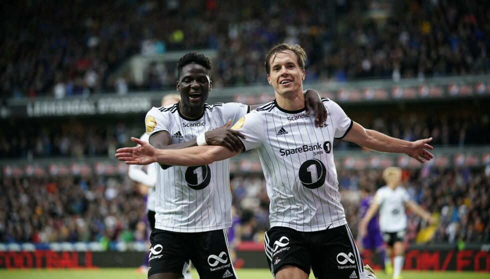 ØYEBLIKKENES MENN: Anders Konradsen (th) scoret to etter at Alexander Søderlund hadde senket Rosenborgs skuldre med 1-1. Her feirer han matchballen ti 3-1 med David Akintola. Foto: NTB/Scanpix