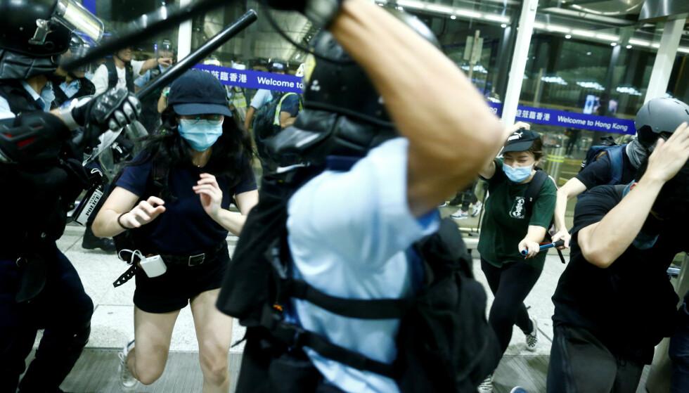 SAMMENSTØT: Både i går og i dag skal politi og demonstranter ha vært i sammenstøt med hverandre. Her fra i går. Foto: Thomas Peter / Reuters / Scanpix