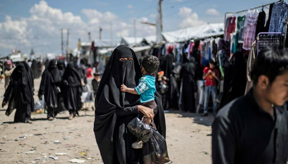 SYRIA: En kvinne bærer et barn i Flyktningleiren al-Hawl. (Illustrasjonsfoto) Foto: Delil SOULEIMAN / AFP / NTB Scanpix
