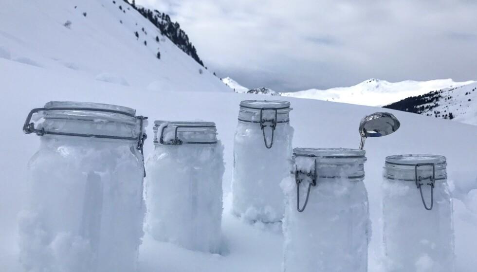 FANT PLAST: Forskerne fra Tyskland og Sveits fant mer enn 10 000 plastpartikler per liter snø i Arktis. Det er en sjokkerende mengde, ifølge forskerne. Foto: AP / NTB Scanpix