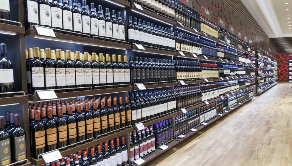 HELLER FRUKT: Raymond Johansen (Ap) ønsker heller at ungdom skal få frukt enn at reisende voksne skal få med seg et par ekstra flasker med vin i taxfree-en. Foto: Gorm Kallestad / NTB Scanpix