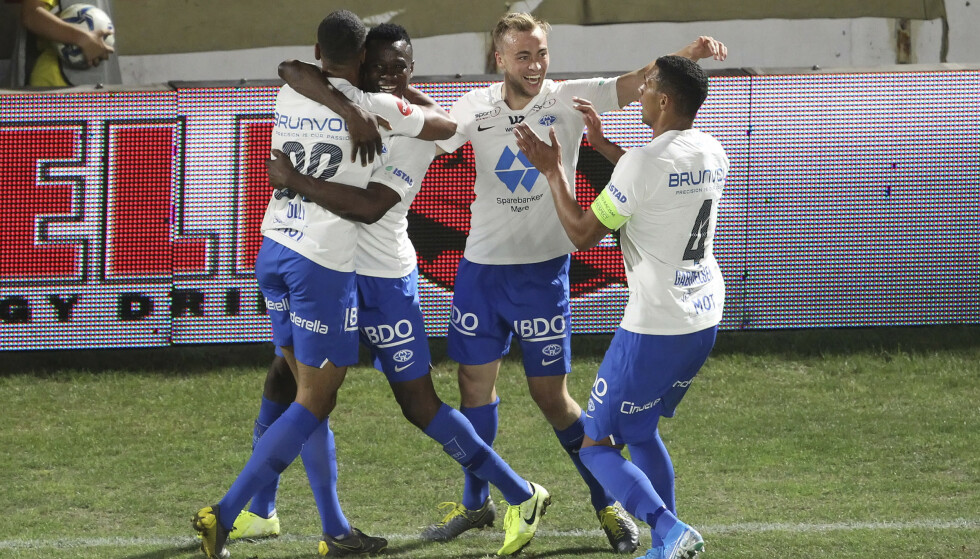 HELT: Moldes Mathis Bolly blir gratulert etter 3-1-scoringen som sikret avansementet. Foto: Konstantinidis Giorgos / Eurokinissi / NTB scanpix