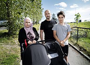HOLDER SEG UNNA NETTET: Fedua Elhammashi (38), Sofian Debbali (44) og sønnen Ismail Bergum Debbali (14) trives på Stovner, og holder seg unna kommentarfeltene på nettet.