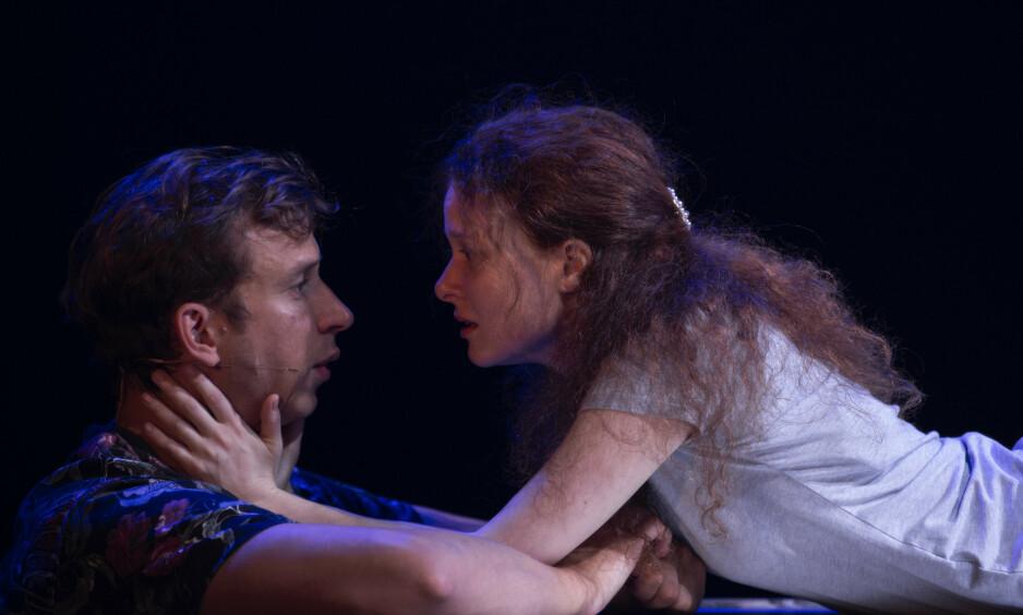 HUN, HAN OG KJÆRLIGHETEN: Hanna-Maria Grønneberg og Herbert Nordrum imponerer som Romeo og Julie. Foto: Erik Berg