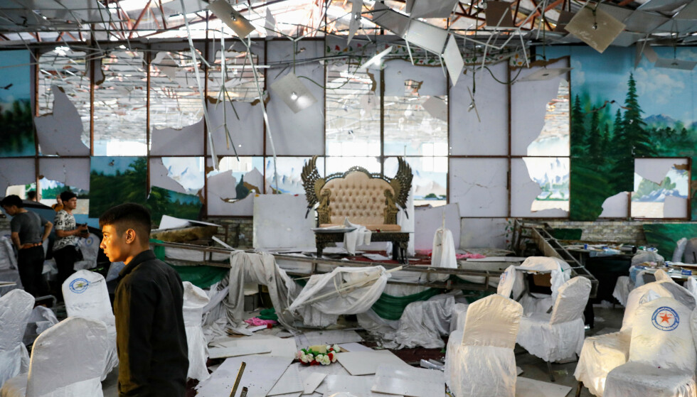 INSPISERER: Selvmordsbomben ble detonert ved scenen i denne bryllupshallen i Kabul, Afghanistan. Foto: Mohammad Ismail / Reuters / NTB Scanpix