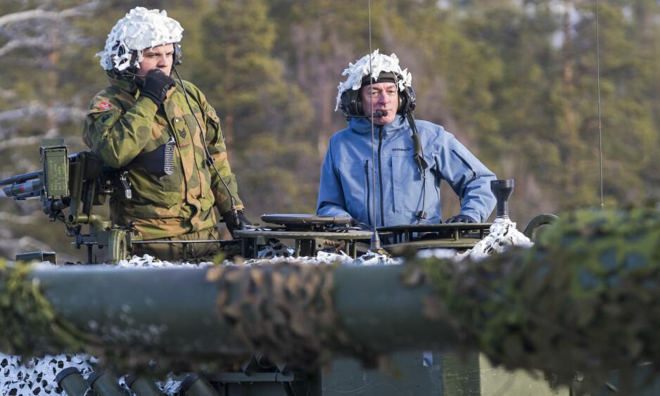- NATURLIG: At våre allierte øver hos oss, er en del av etablert norsk sikkerhetspolitikk og en naturlig aktivitet innenfor NATO-samarbeidet. Russland er vel kjent med dette, og har ingen reell grunn til å bli provosert, skriver forsvarsminister Frank Bakke-Jensen. Her er han på en Leopard 2-stridsvogn i den store Trident Juncture-øvelsen i fjor høst. Foto: Heiko Junge / NTB Scanpix