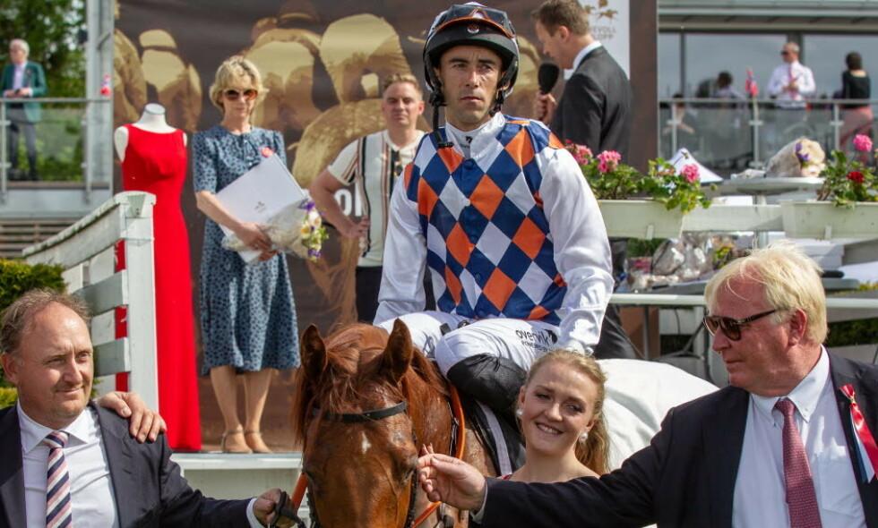 DOPINGTATT: Toppjockeyen Rafael Schistl, her på hesten Privilegiado, red inn til seier i to av Norges største galoppløp i fjor. Nå har han avlagt positiv dopingprøve. Foto: Equus media Eirik Stenhaug / NTB scanpix